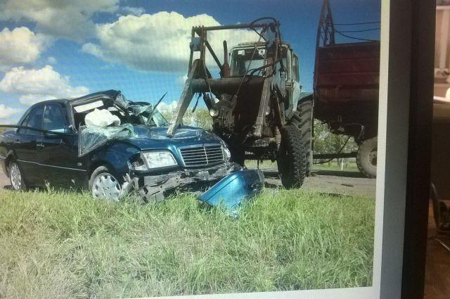 Иномарка и трактор столкнулись лоб в лоб.