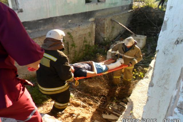 Спасатели транспортировали пострадавшего до машины скорой помощи.
