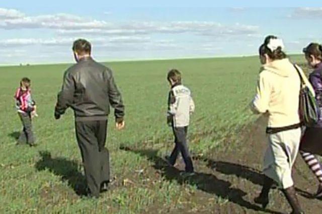 Многодетная семья на выделенном участке земли.