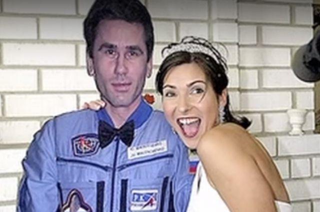В брак влюблённые вступали, находясь на огромном расстоянии друг от друга: Екатерина Дмитриева — на Земле, Юрий Маленченко — на орбите.