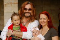 Певец Никита Джигурда с супругой фигуристкой Мариной Анисиной, сыном Миком-Анжелом и дочерью Эвой-Вандой.