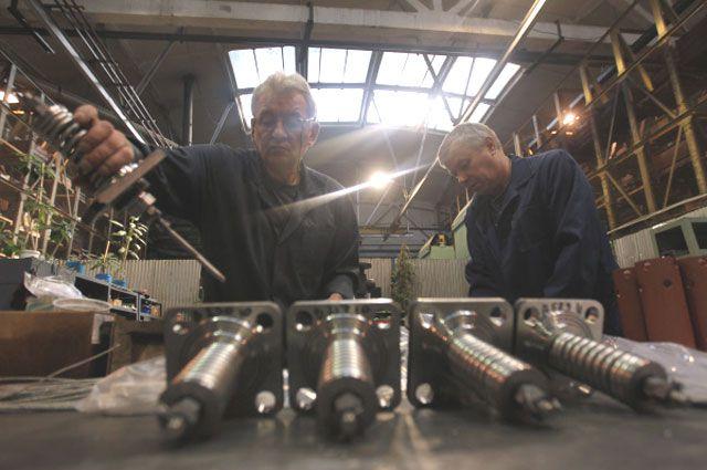Рабочие подготавливают клапаны перед испытанием на заводе ЗАО «Корпорация Сплав» по производству трубопроводной арматуры.