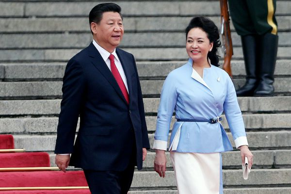 Пэн Лиюань — популярная китайская исполнительница народных песен, жена Председателя КНР Си Цзиньпина, постоянная участница новогодних гала-концертов на CCTV. Генерал-майор НОАК. Си Цзиньпин и Пэн Лиюань познакомились в 1986 году, а свадьбу сыграли уже в 1987-м.