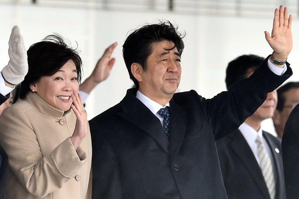 Акиэ Абэ – жена премьер-министра Японии Синзо Абэ. Она сдержана и выглядит всегда безупречно. Акиэ Абэ несколько лет работала диджеем на радио, любит танцевать фламенко и интересуется модой.