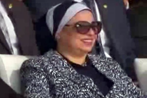 Первая леди Египта Интисар ас-Сиси впервые за год появилась на публике. Жена президента Абдель Фаттаха ас-Сиси присутствовала на церемонии открытия нового Суэцкого канала, которая прошла в бухте Исмаилия. Интисар ас-Сиси практически не появляется ни на каких общественных и торжественных мероприятиях. В последний раз она выходила в свет во время инаугурации супруга в июне 2014 года. Супруга главы АРЕ была одета в черную рубашку и строгий серый костюм, волосы покрывал пепельного цвета хиджаб, а лицо скрывали большие черные очки.