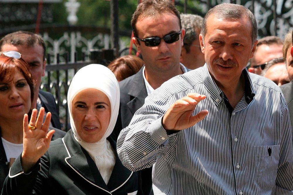 Эмине Эрдоган — жена 12-го президента Турции Реджепа Тайипа Эрдогана. Выросла в Стамбуле, училась в школе искусств Mithat Paşa Akşam, но обучение не закончила. Участвовала в работе «Ассоциации женщин-идеалисток», во время этой деятельности встретила Р. Т. Эрдогана, за которого вышла замуж 4 июля 1978. 7 декабря 2010 года премьер-министр Пакистана Юсуф Раза Гилани наградил Эмине Эрдоган премией Хилал-и-Пакистан в знак признания её усилий по оказанию помощи народу Пакистана, пострадавшего от наводнений.