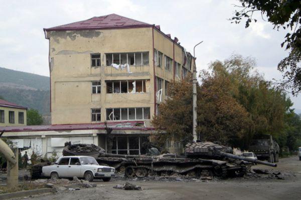 В результате ночного обстрела с грузинской стороны был поврежден ряд зданий на территории штаба российских миротворцев в Цхинвале. Сгорело здание парламента Южной Осетии, был разрушен комплекс правительственных зданий, горели многоэтажные жилые корпуса и другие строения в центре города.