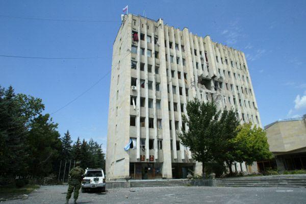 Президент Грузии созвал чрезвычайное заседание Совета безопасности, на котором объявил, что подписал указ о введении в стране военного положения.