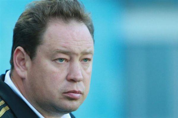 В конце 2007 стал главным тренером самарского клуба «Крылья Советов». В первом же сезоне добился шестого  места в чемпионате России и вывел волжан в еврокубки.