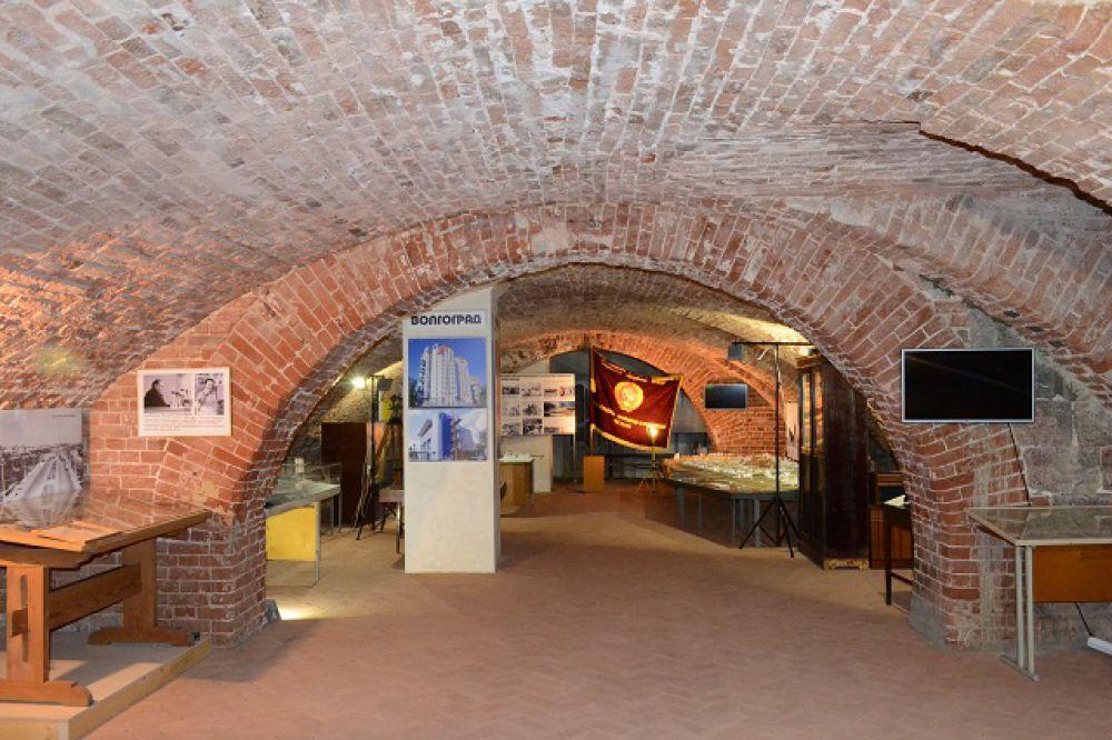 Три зала музея оформлены тематическими разделами по архитектуре Царицына, Сталинграда и Волгограда.
