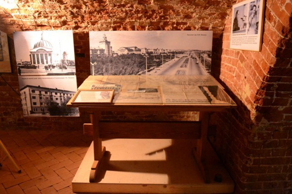 Гордость организаторов экспозиции – письменный стол Василия Симбирцева, главного архитектора Сталинграда в  1944-1959 годах. Был изготовлен в 1945 году немецкими солдатами, попавшими в плен во время Сталинградской битвы.