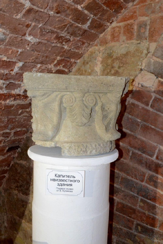 Декорированная верхняя часть колонны неизвестного здания времен Царицына. Предмет архитектурного убранства случайно откопали в одном из дворов центра города.