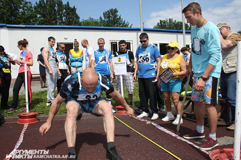 Спортсмены пробуют свои силы в прыжке в длину с места.