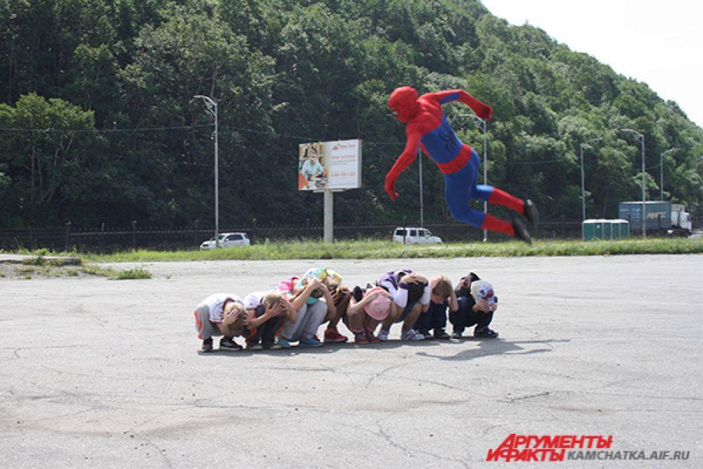Трюки от супер-героя поразили всех участников праздника.