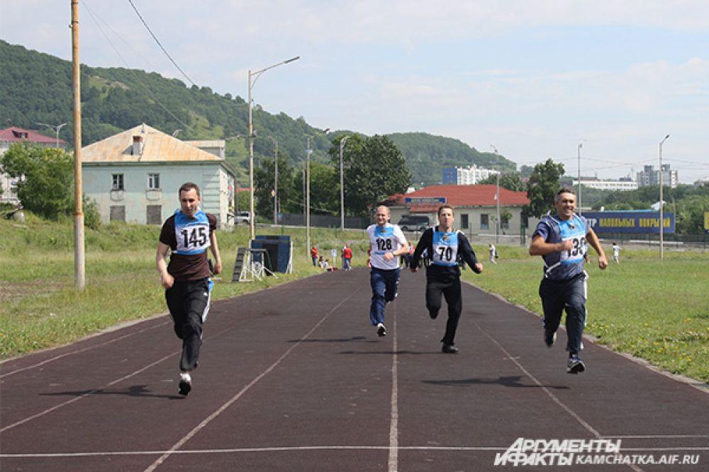 Участники бегут стометровку в рамках спортивной акции «Будь готов к ГТО!».
