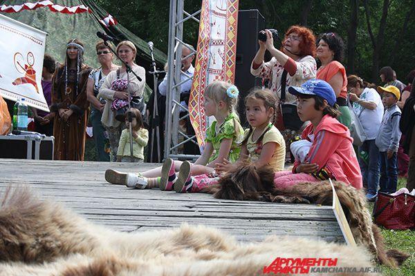 Праздник прошёл в дружеской атмосфере: малыши подтанцовывали артистам, для лучшего обзора сидели на сцене.