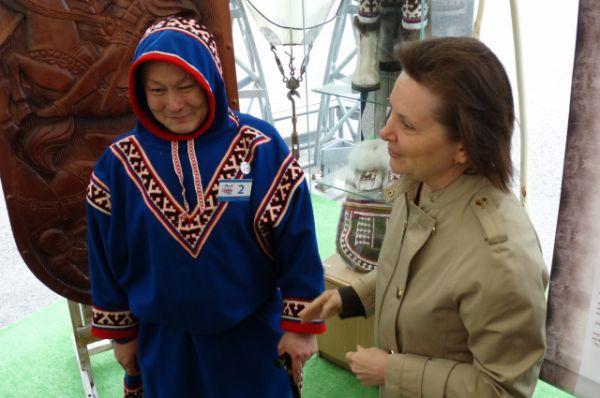 Наталья Комарова беседует с мастером Яковом Салиндером.