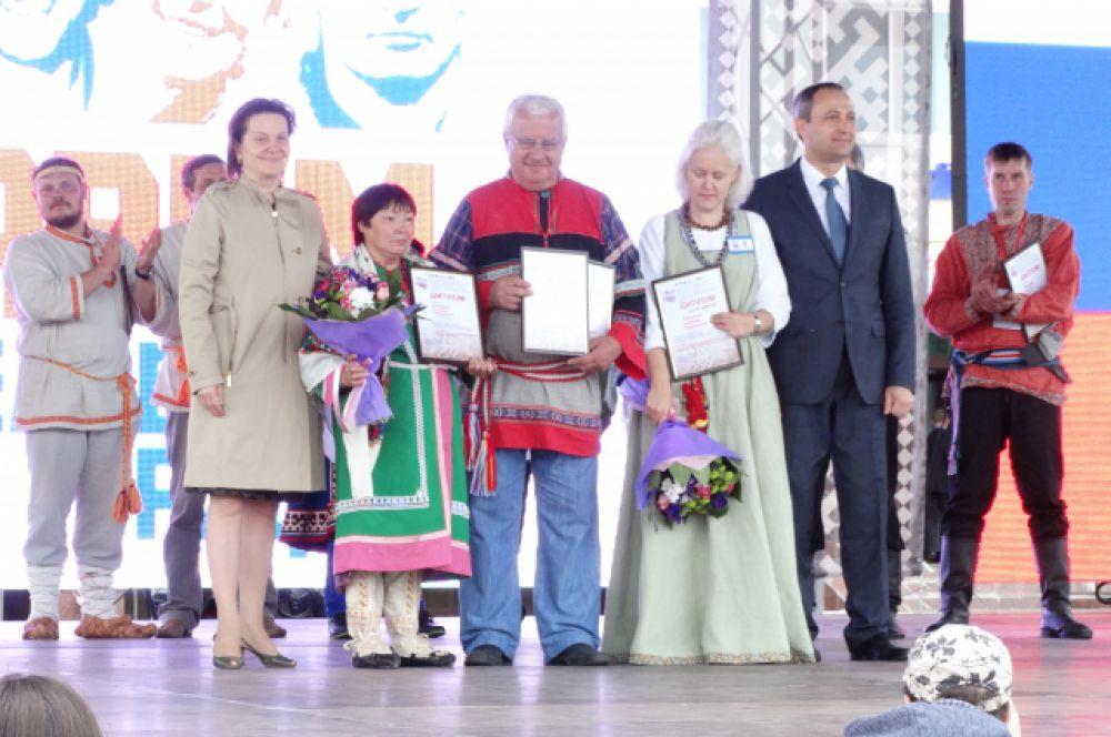 Глава Югры Наталья Комарова и главный федеральный инспектор Дмитрий Кузьменко награждают команду Югры.