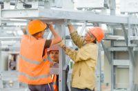 На солнечной электростанции в Орске устанавливают фотоэлементы.