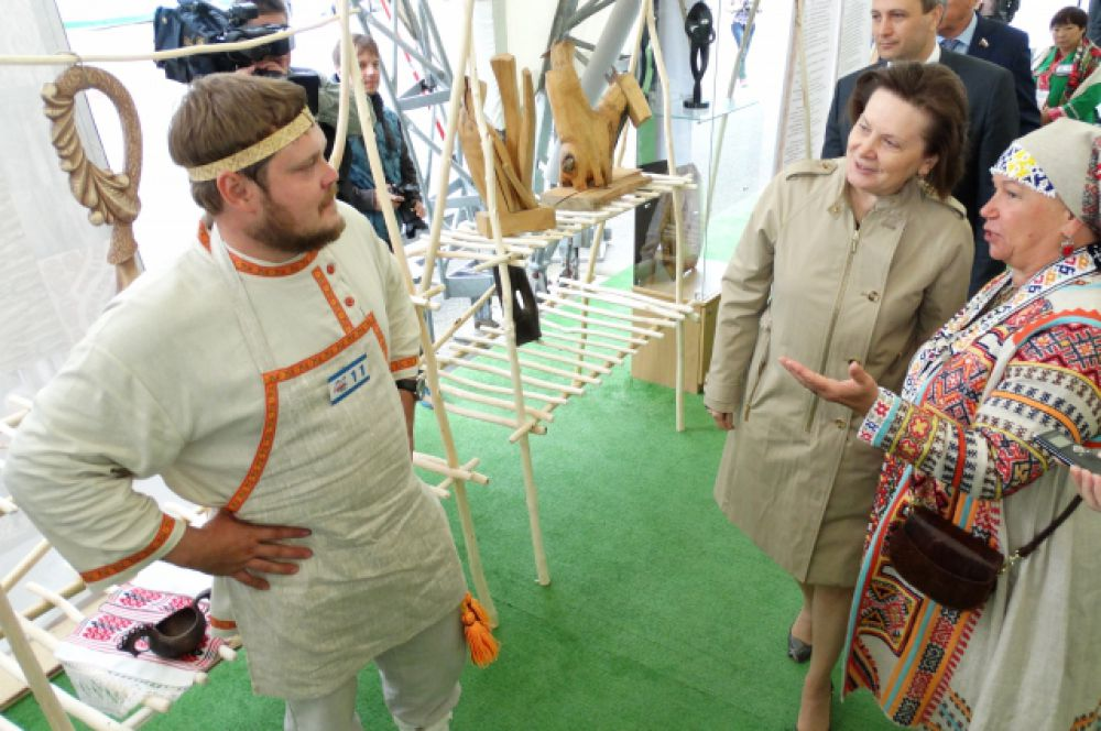 Наталья Комарова беседует с мастером Владимиром Деняевым.