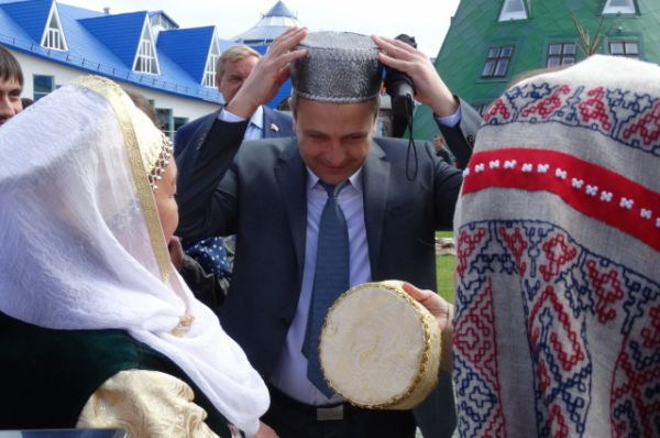 Главный федеральный инспектор по Югре Дмитрий Кузьменко примеряет национальный головной убор.