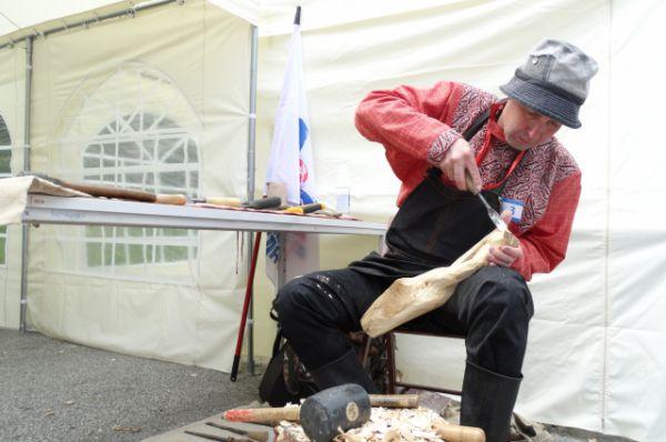 Свой черпак вырезает Андрей Лиходед из Екатеринбурга.