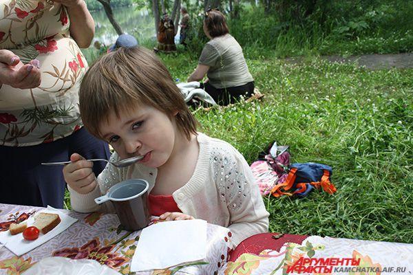 Хозяева праздника предлагали национальное блюдо всем желающим.