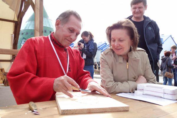Глава Югры Наталья Комарова беседует с мастером Василием Радостевым из поселка Талинка.