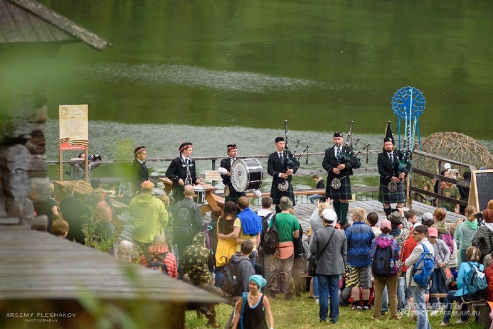 Выступление одной из групп на площадке около реки.