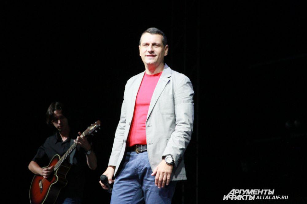 Лев Шапиро, автор песен и исполнитель.