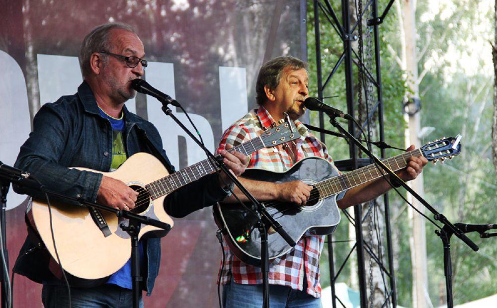 На эстраде самые почётные и дорогие гости фестиваля - Вадим и Валерий Мищуки