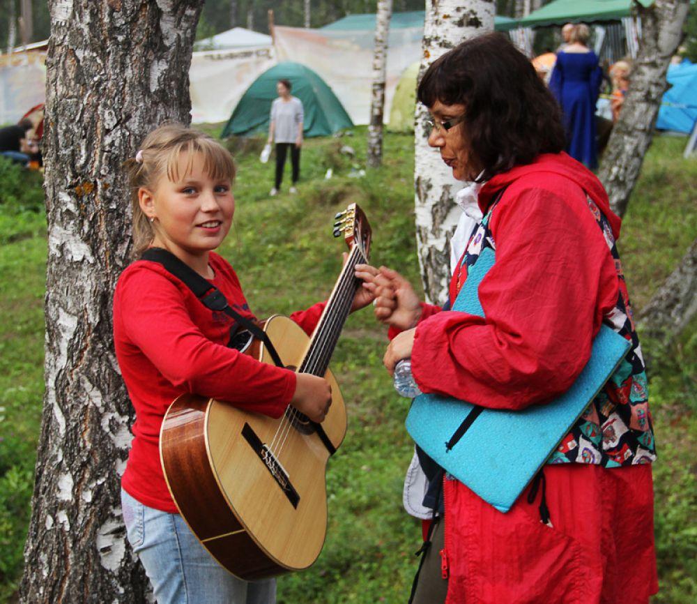 Но люди с гитарами на поляне тоже были