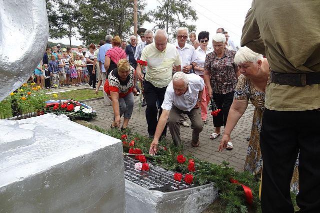 Возложение цветов к памятнику Героям Хасана.
