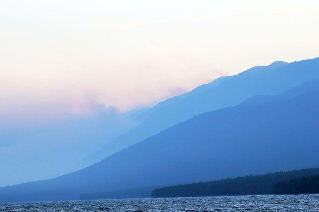 Множество очагов возгорания вокруг Байкал создает плотную дымную пелену.