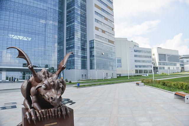 Вход в главный корпус ДВФУ, где будет проходить ВЭФ.