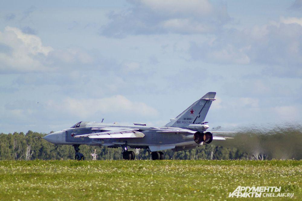 Су-24 в ожидании разрешения на взлёт.