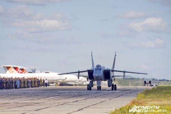 МиГ-31 направляется к взлетно-посадочной полосе.