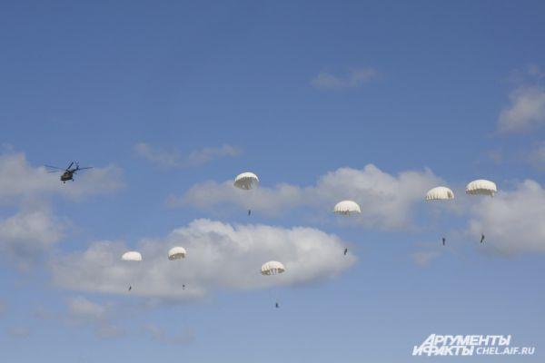 Сброс происходит на минимальной высоте  - 200 метров. Для таких прыжков используется круглые парашюты.