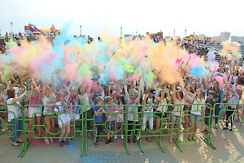 Фестиваль красок, проходивший на набережной города Спутник, собрал около полутора тысяч гостей.