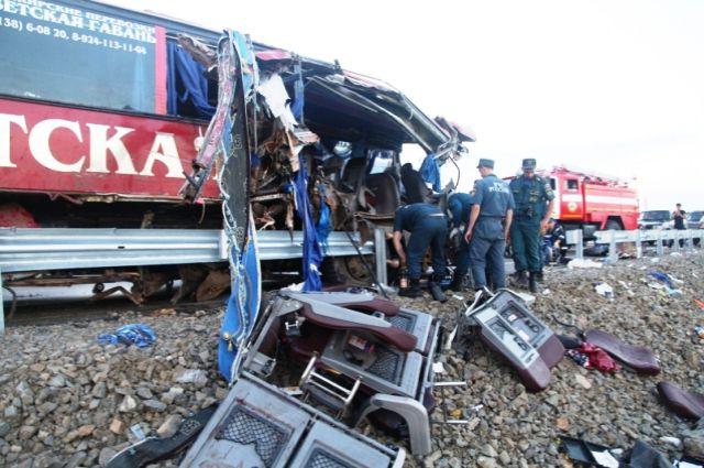 Пассажиров пришлось несколько часов вытаскивать из искорёженного автобуса