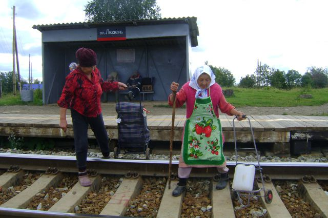 Летом около 50 жителей Люзени ходят за водой с канистрами, перелезая через железнодорожные пути.