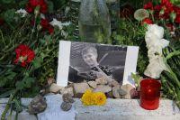 В импровизированном мемориале на месте гибели Артёма, сделанном его одноклассниками, только записки о любви...