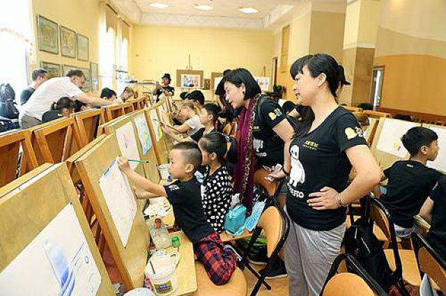 Совместный российско-китайский урок рисования.