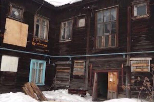 В поселке Малышева обрушился потолок в старом бараке