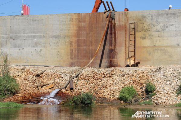 Строители нового ТЦ на берегу Упы вносят свой посильный вклад в повышение уровня воды в реке.