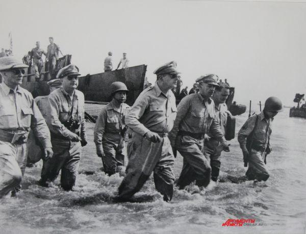 Командующий войсками союзников Дуглас Макартур