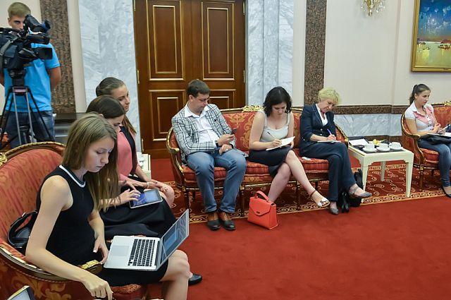 Журналисты на встрече с губернатором Миклушевским.