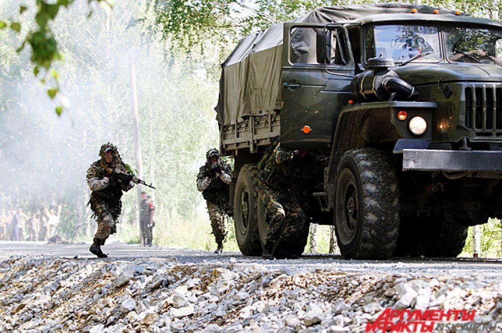 Разведчики показали своё мастерство штурма военного автомобиля.