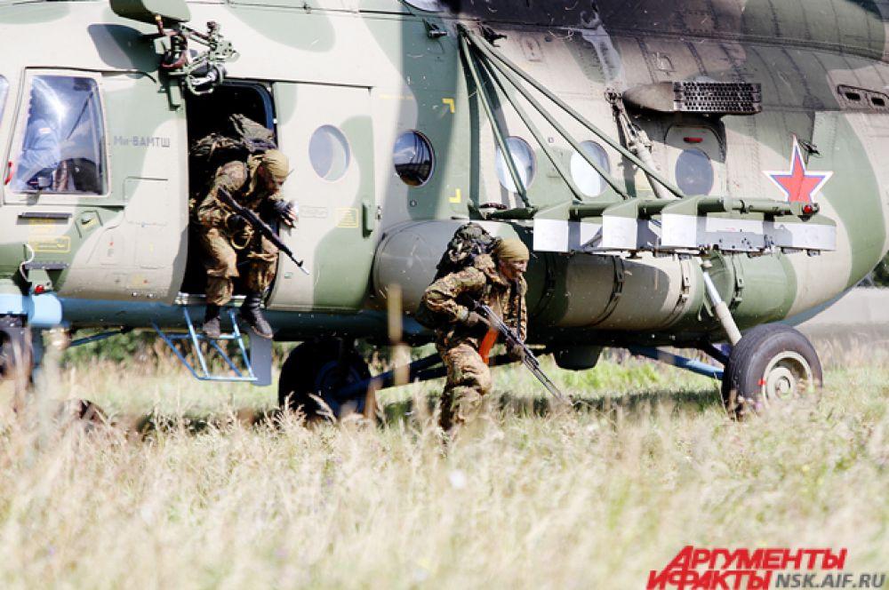 Тишину леса нарушил гул вертолёта, военные десантировались быстро и беззвучно.