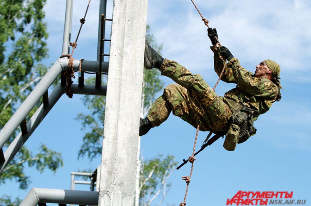 На армейских играх главное не только скорость, но и правильность выполнения заданий. Военные должны проявить силу и ловкость.